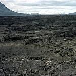 Foto uit 1969 (Martien Bouman) met op de voorgrond het lavaveld van de uitbarsting uit 1961. Op de achtergrond (links boven in foto) de tafelberg Herðubreið (1682m) een markant punt in het lavaveld op weg naar de ASKJA vulkaan.